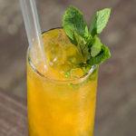 Здравословен плодов коктейл с манго